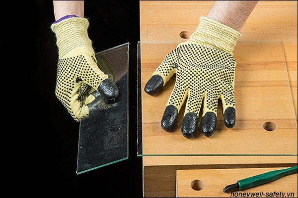 Sử dụng găng tay chống cắt khi làm việc